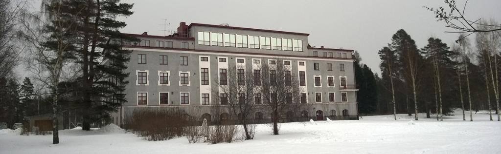 Jykevä koulurakennus talvisessa kuvassa.