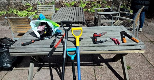 Puutarhatyökalutkin toivat väriä pihaan.