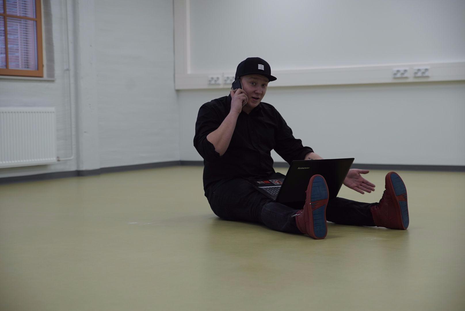 Tuottaja tekee töitä vaikka istuaallaan tyhjässä tilassa