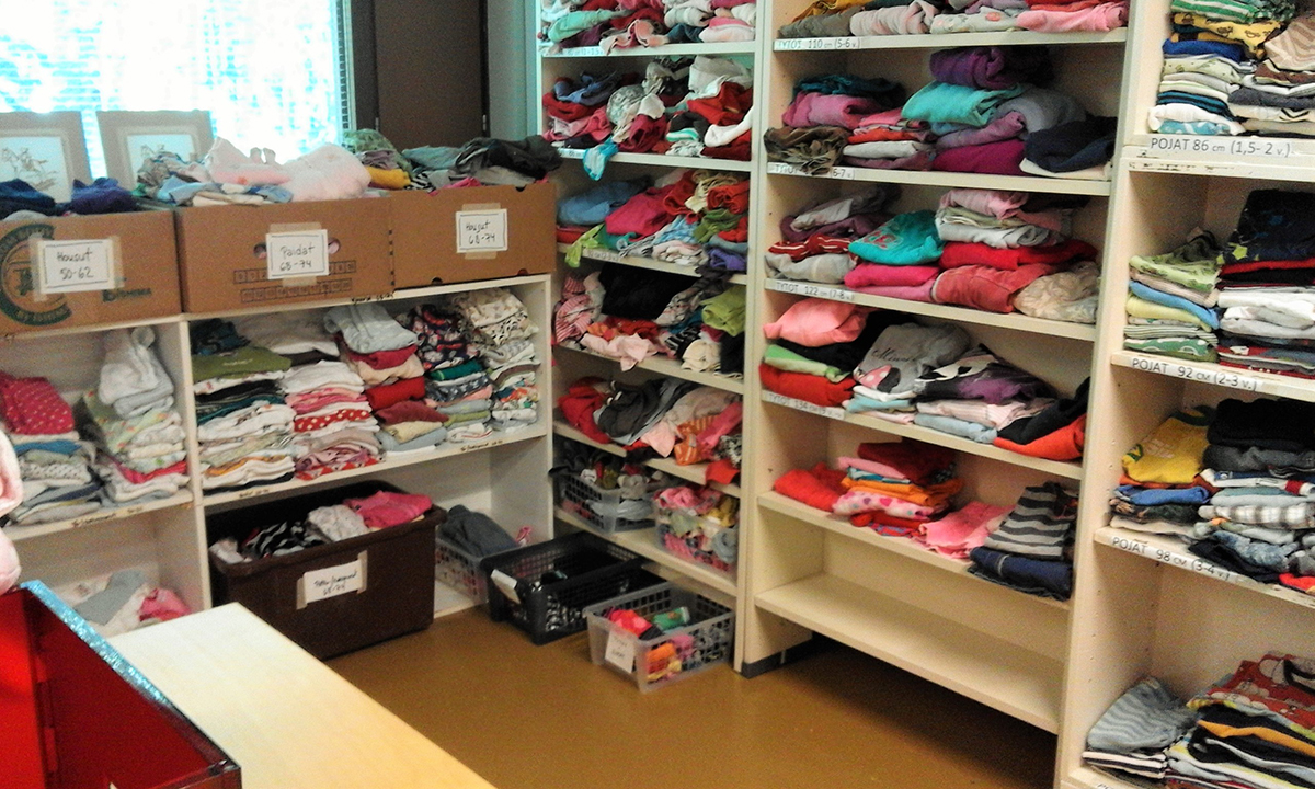 Paljon pieniä sukkia ja pipoja vastaanottokeskuksessa