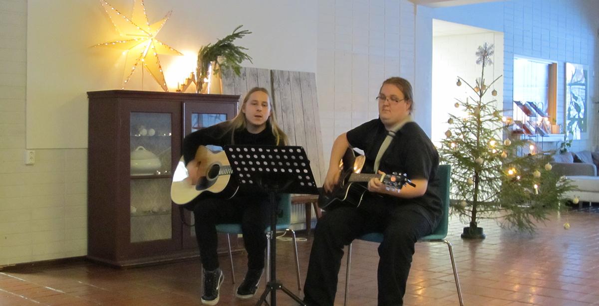 Kaksi kitaransoittaja-yhteisöpedagogia