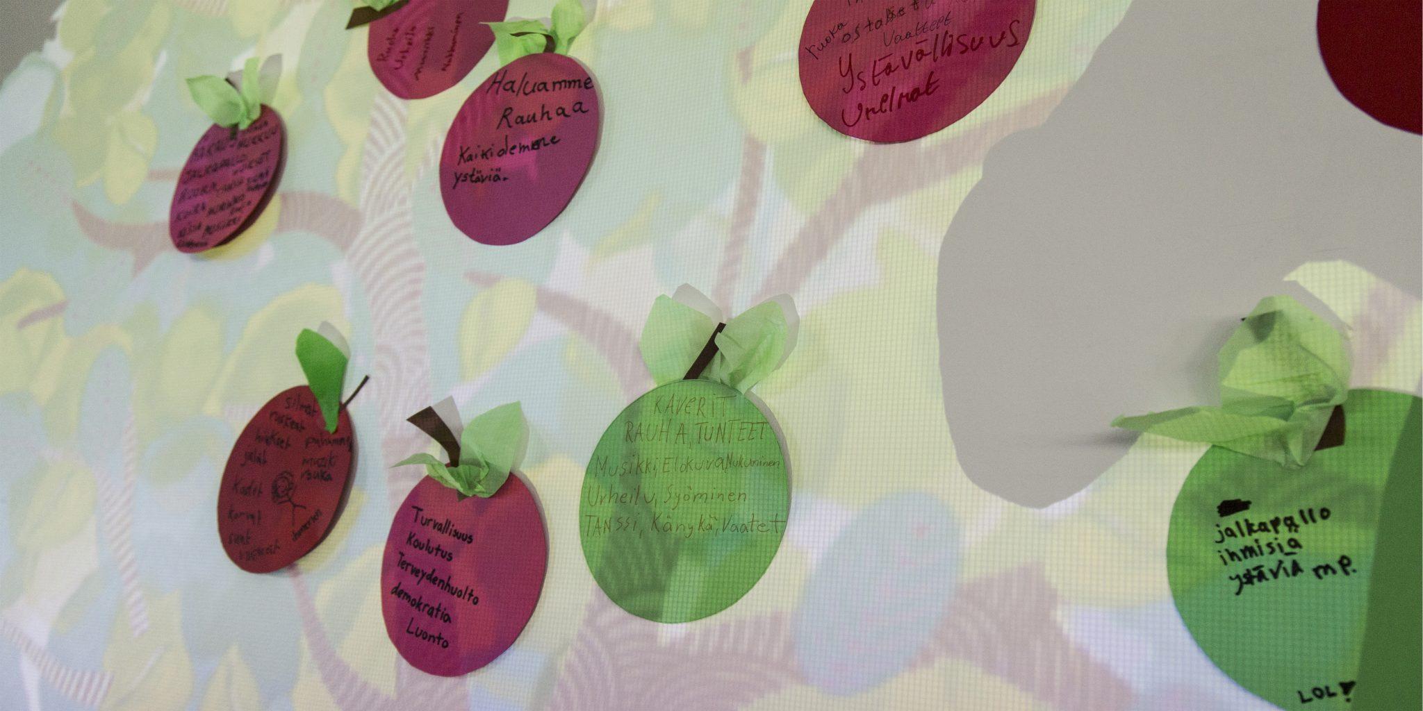 Tapahtumassa seinään heijastettu omenapuu, johon nuoret keräsivät omia omenoitaan ja ajatuksiaan siitä mikä nuoria yhdistää.