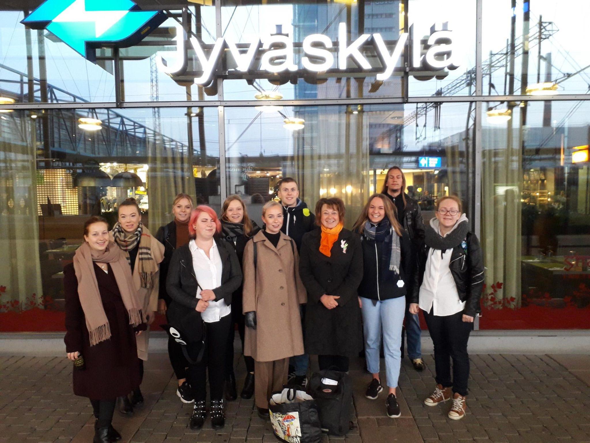 Jyväskylän opiskelijat matkalla jättämään vanupo-esityksen OKM:ään.