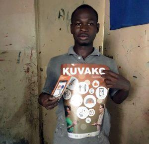 Kuuro mies esittelee Kuvako-hankkeen esitteitä Senegalissa.