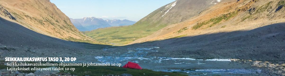 Laakso, jossa keskellä punainen teltta.
