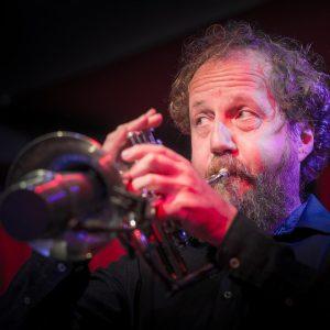 Martin Q. Larsson soittaa trumpettia.
