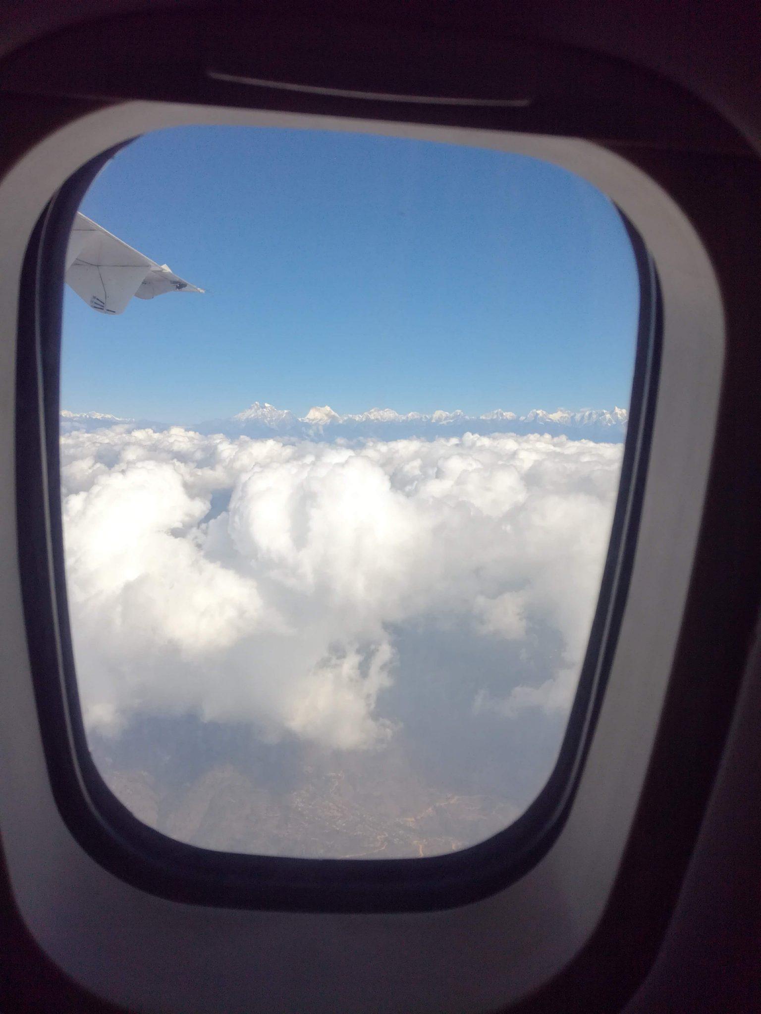 Kuva 1: Himalajan vuoristo näkyy pilvien yllä saavuttaessa Nepaliin. Kuvaaja: Hanna Laitinen