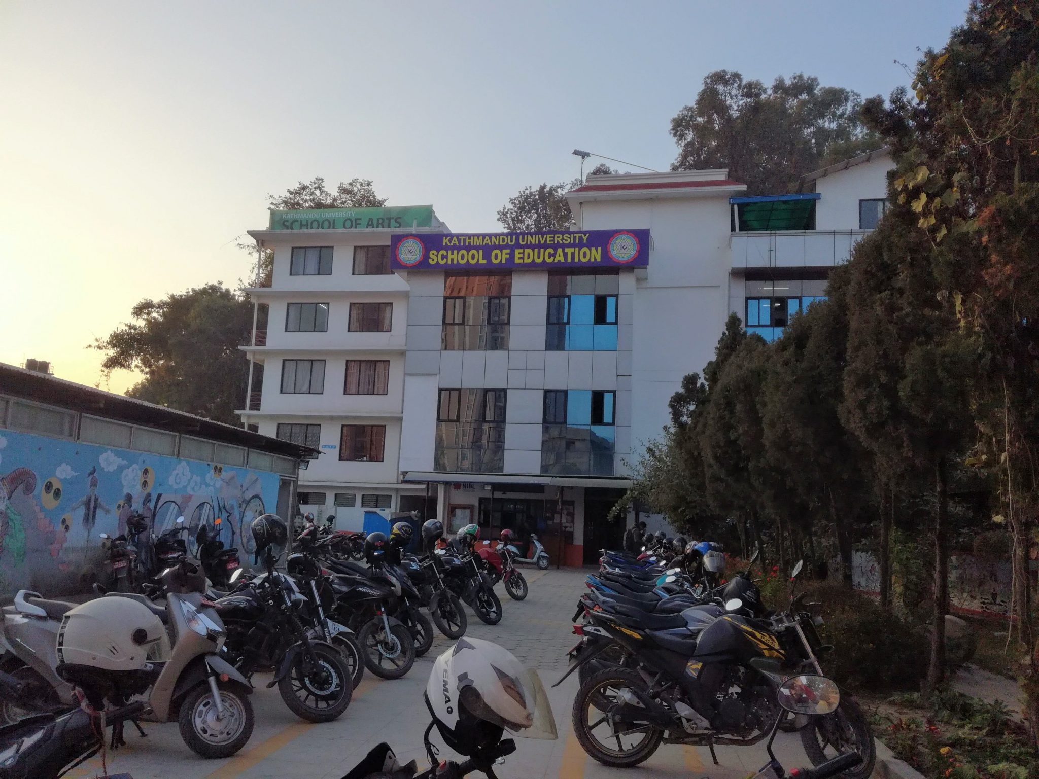 Kuva 2: Monet opiskelijat kulkevat yliopistolle moottoripyörällä Kathmandussa. Kuvaaja: Kim Lindblad