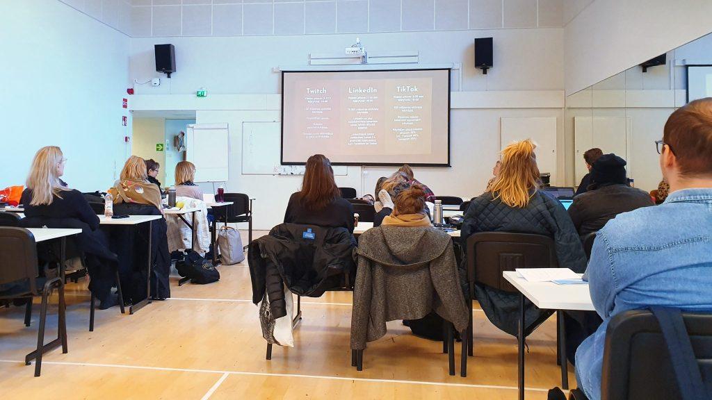 Ensimmäisen vuoden yhteisöpedagogit luennolla