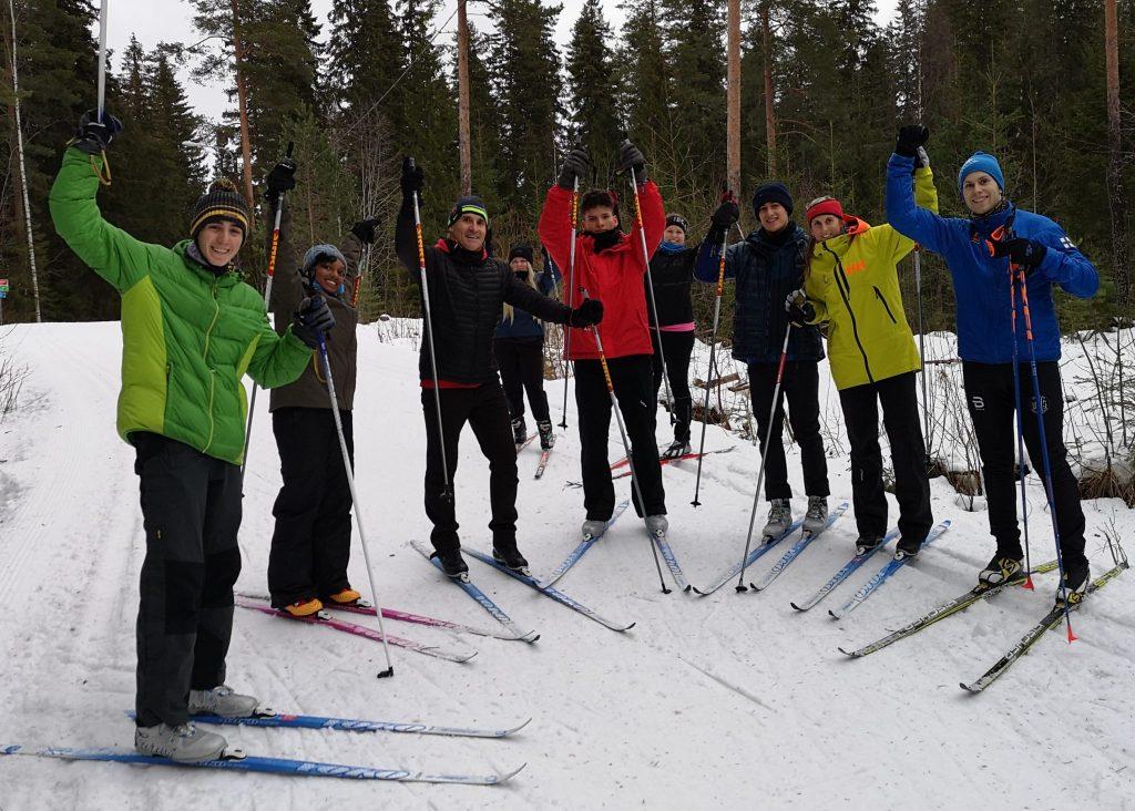 jyväskylän yhteisöpedagogit-ja-barcelonan-vieraat-hiihtämässä