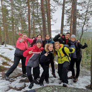 jyväskylän-yhteisöpedagogit-ja-barcelonan-vieraat-metsässä