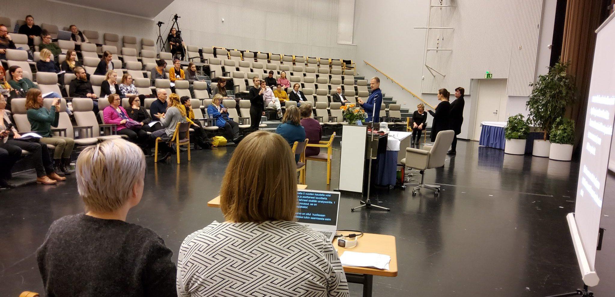 Kirjoitustulkit työssään Haagassa tulkkausalan seminaarissa.