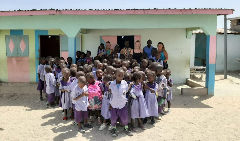 Mahmudin koulu ja vapaaehtoiset Gambiassa.