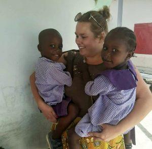 Anniina gambialaislasten kanssa.