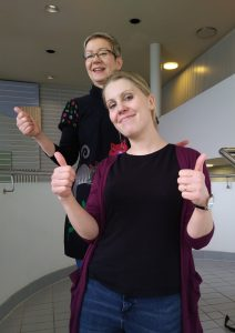 Seija Pynnönen ja Ilona Seppänen (silmälasit) 3tulkki pv opiskelijat Haagan rappusissa peräkkäin, peukut pystyssä.