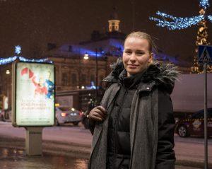 Roosa talvisessa Kuopiossa taustallaan tori ja kauppakeskus.