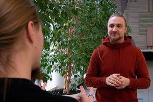 Sami Järvelä ja Marko Sievälä opiskelevat viittomakielen tulkeiksi Humanistisessa ammattikorkeakoulussa Helsingissä.