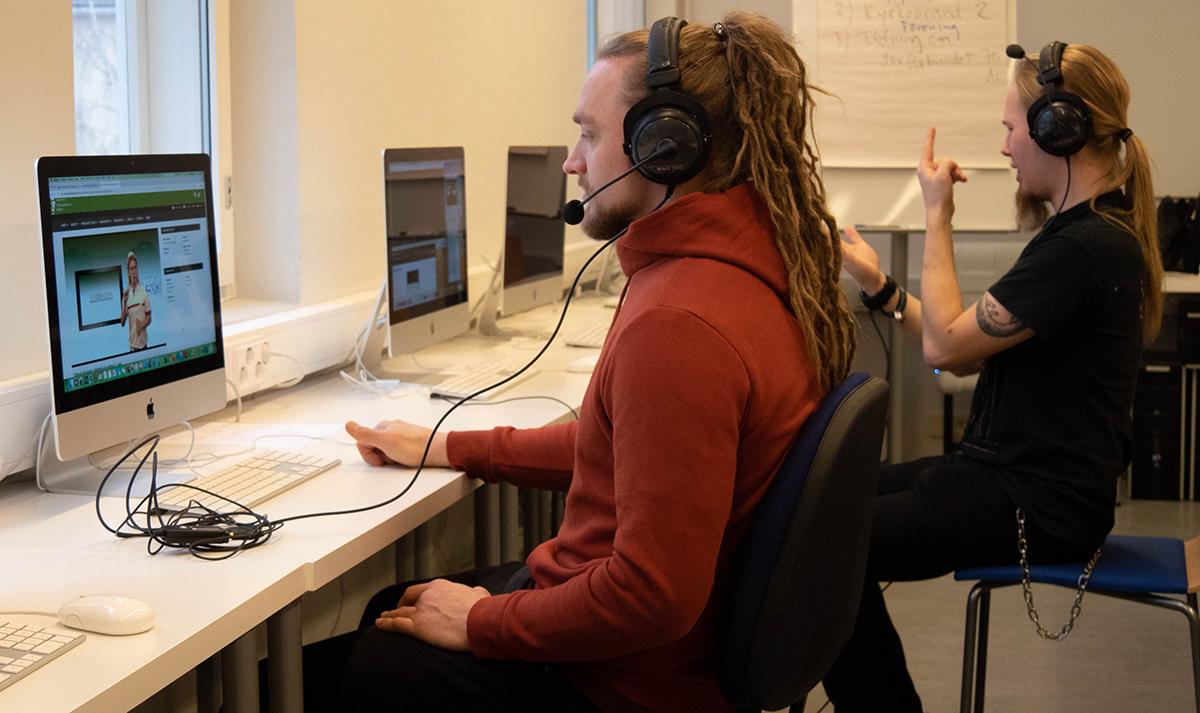 Sami Järvelä ja Marko Sievälä opiskelevat viittomakielen tulkeiksi Humanistisessa ammattikorkeakoulussa Helsingissä. Tietokoneella työskentely on tulkkikoulutuksessa arkipäivää.