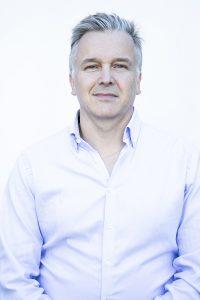Kuvassa harmaahiuksinen mies (Työyhteisön kehittäjä koulutuksen lehtori Juha Niiranen).