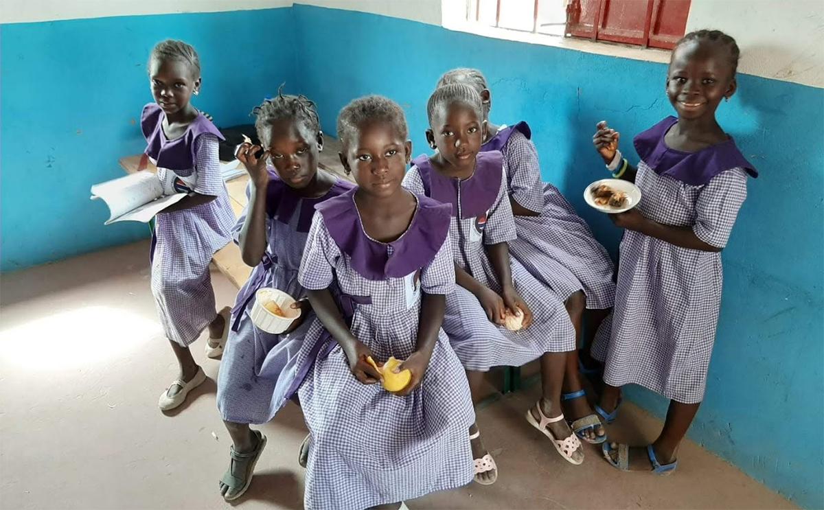 Anniina tekee vapaaehtoistyötä Gambiassa.