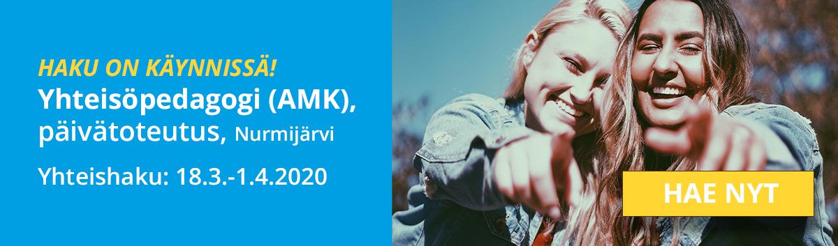 """Kuvassa sinisellä tausta teksti """"Haku on käynnissä! Yhteisöpedagogi (AMK), päivätoteutus, Nurmijärvi"""". Oikealla kuva, jossa jossa kaksi hymyilevää tyttöä osoittaa kuvan keskelle sekä """"Hae nyt""""-painike."""