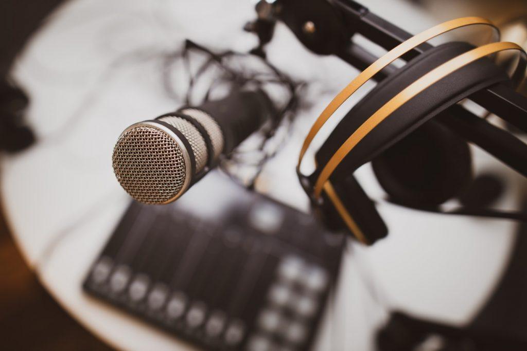 podcast-sarja-jonathan-farber-unsplash.