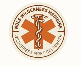 Nols wilderness medicine logo, jossa ensihoidon risti ja käärme symboli.