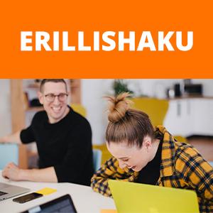 """Nainen ja mies istuu työpöydän äärellä, jossa on tietokoneita ja muistiinpanovälineitä. Nainen nauraa. Kuvan päällä oranssilla pohjalla teksti """"ERILLISHAKU""""."""