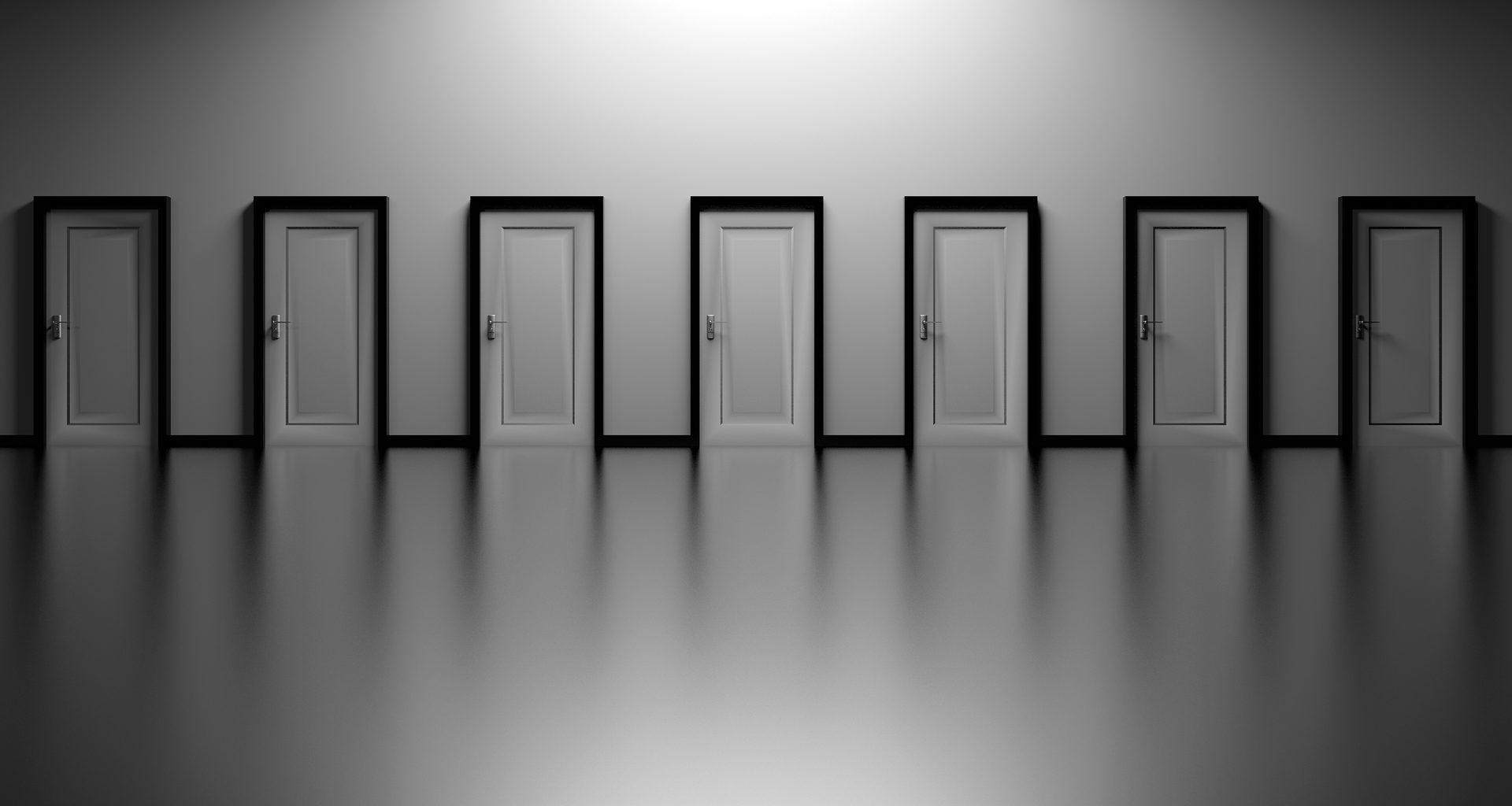 7 ovea rivissä vaaleaa seinää vasten