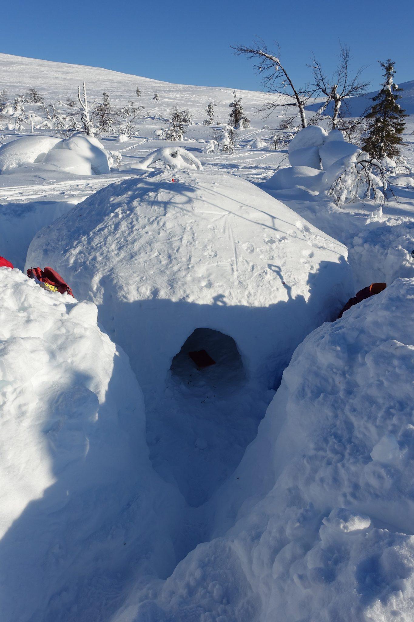 Iglun näköinen suuri ontto sisältä oleva lumimöykky