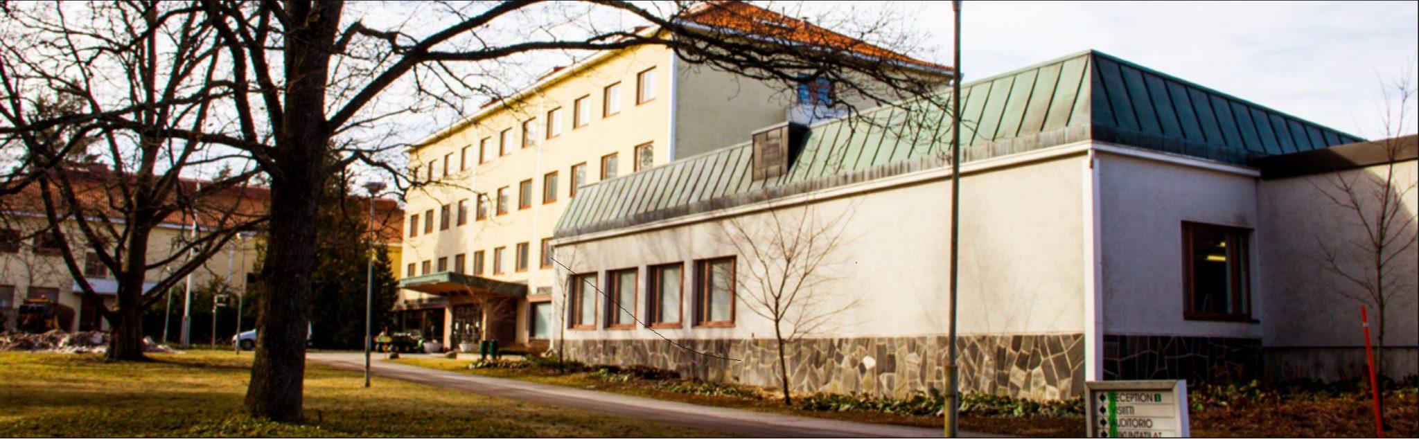 Nurmijärven kampus, kolmikerroksinen suuri rakennus.
