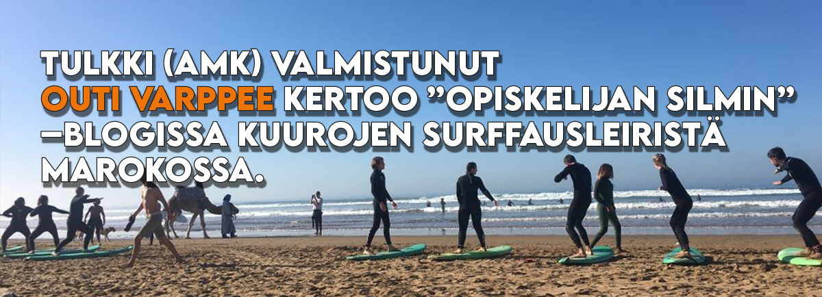 Bannerikuvake blogista, kuvassa ihmisiä liikuumassa rannalla, taustalla meri ja sininen taivas.