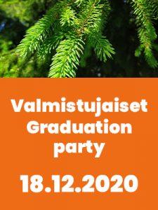 Vihreitä kuusen osksia ylhäälä ja alreunassa oranssi-valkoinen palkki, jossa tiedot valmistumisjuhtalsta suomeksi ja englanniksi.