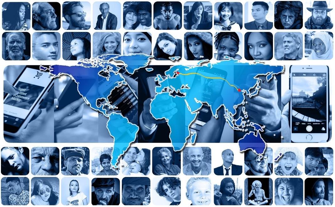 Sinisävyinen kuva, jossa on monia pieniä ihmisten kasvokuvia ja mantereita kuvaava maapallokuva sekä kuvan reunoissa kuvat kännyköistä..
