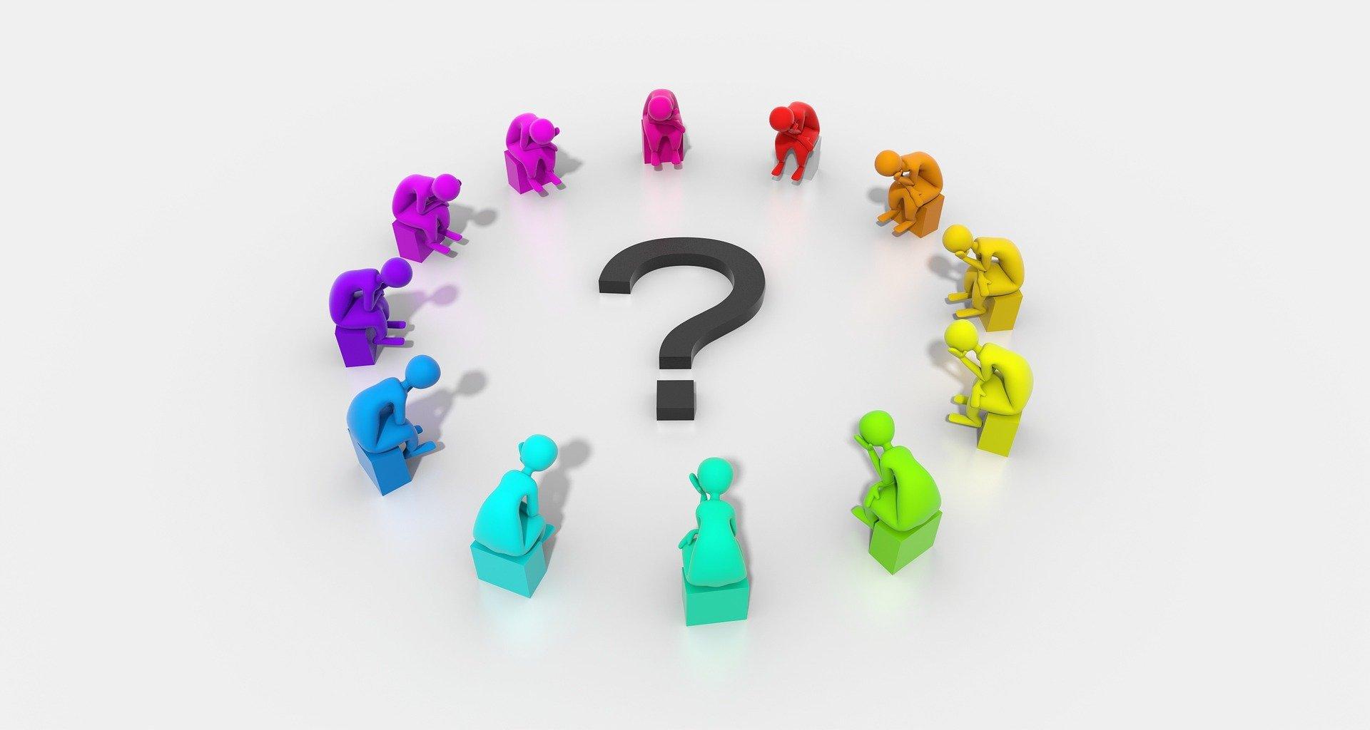 Eriväriset henkilöä esittävät symbolit istuvat ympyrässä ilman istujia suojaavia pöytiä tai tietokoneita ja pohtivat. Kuvan keskellä on kysymysmerkki. Kuvan tarkoitus on korostaa yhteisen pohdinnan ja avoimuuden merkitystä.