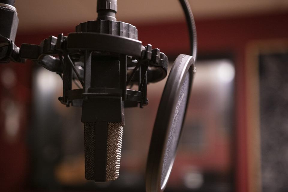 Lähikuva mikrofonista äänitysstudiossa.
