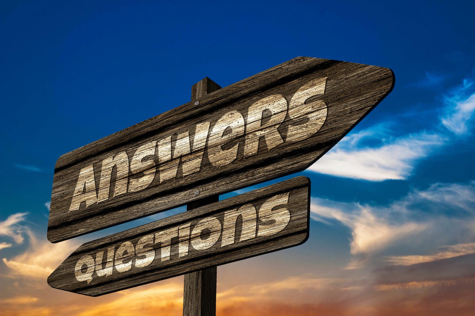 Kuvassa on tienviitta, jossa lukee vasemmalle Questions (kysymykset) ja oikealle Answers (vastaukset). Kuva visualisoi toisaalta yrittäjän haasteita ja kysymyksiä, toisaalta sitä, että vastauksia on olemassa.
