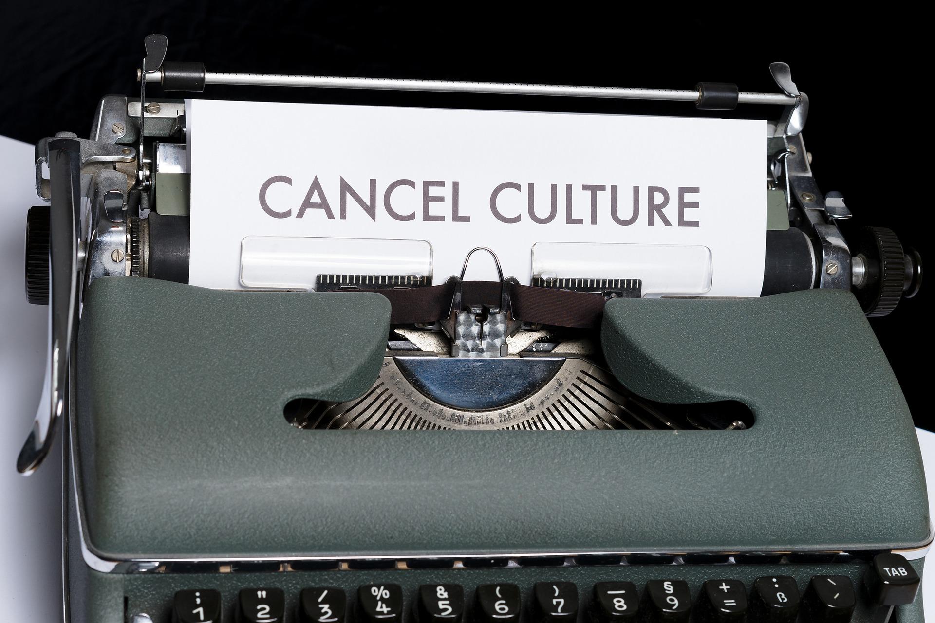 Harmaansävyinen kirjoituskone, jossa paperi ja teksticancel culture.