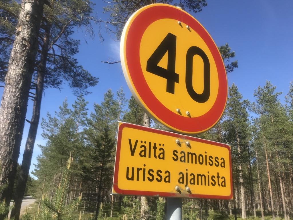 Liikennemerkki, joka kertoo, että alueella saa ajaa korkeintaan 40 kilometrin tuntinopeutta. Alla on lisäkyltti, jossa lukee: Vältä samoissa urissa ajamista.