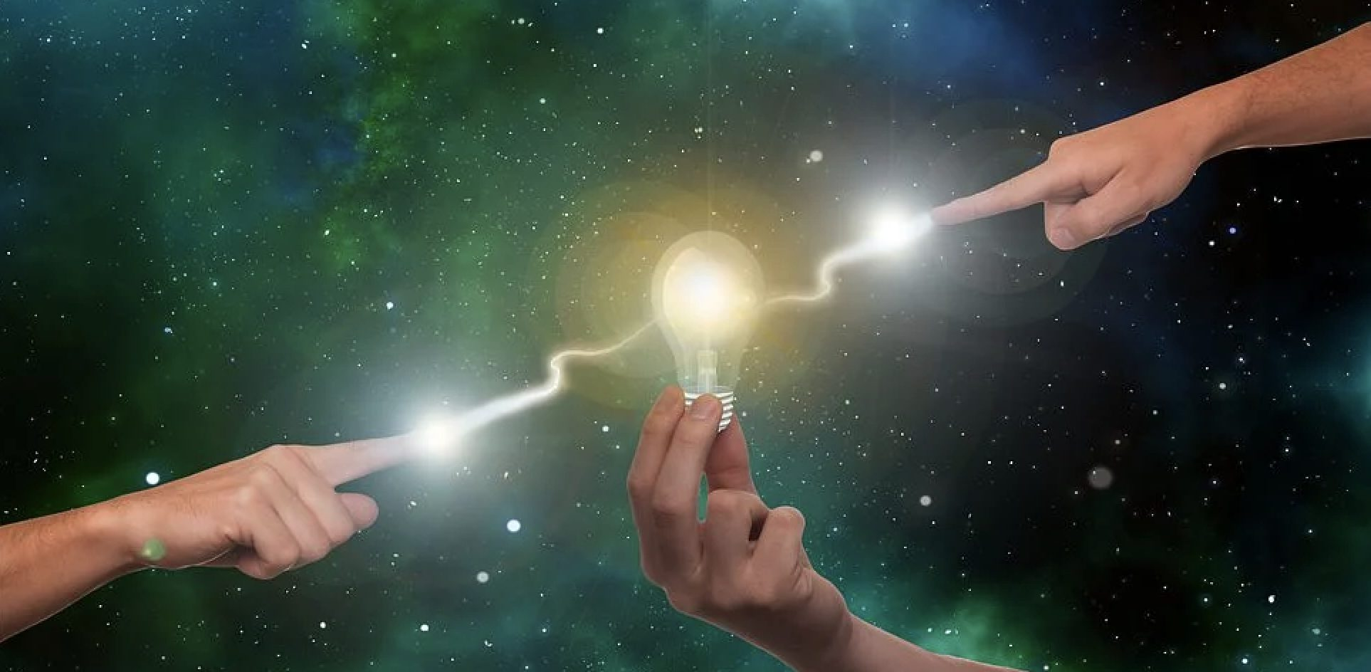 Sähköistystä kuvaava palava lamppu henkilön sormissa ja sähköjohto vihertävää taustaa vasten.