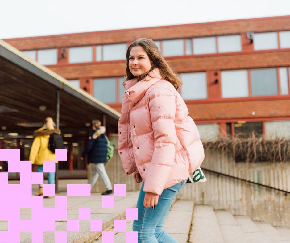 Tyttö koulun pihalla.