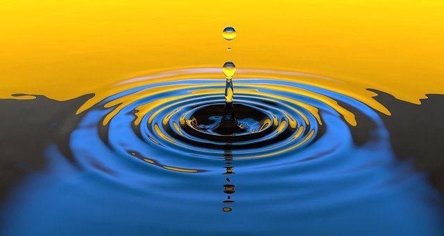 Oranssi-sinivärinen piirrosmainen kuva vedenpinnasta, jolle putoaa vesitippoja ja veden pintaa muodostuu vesiympyröitä.